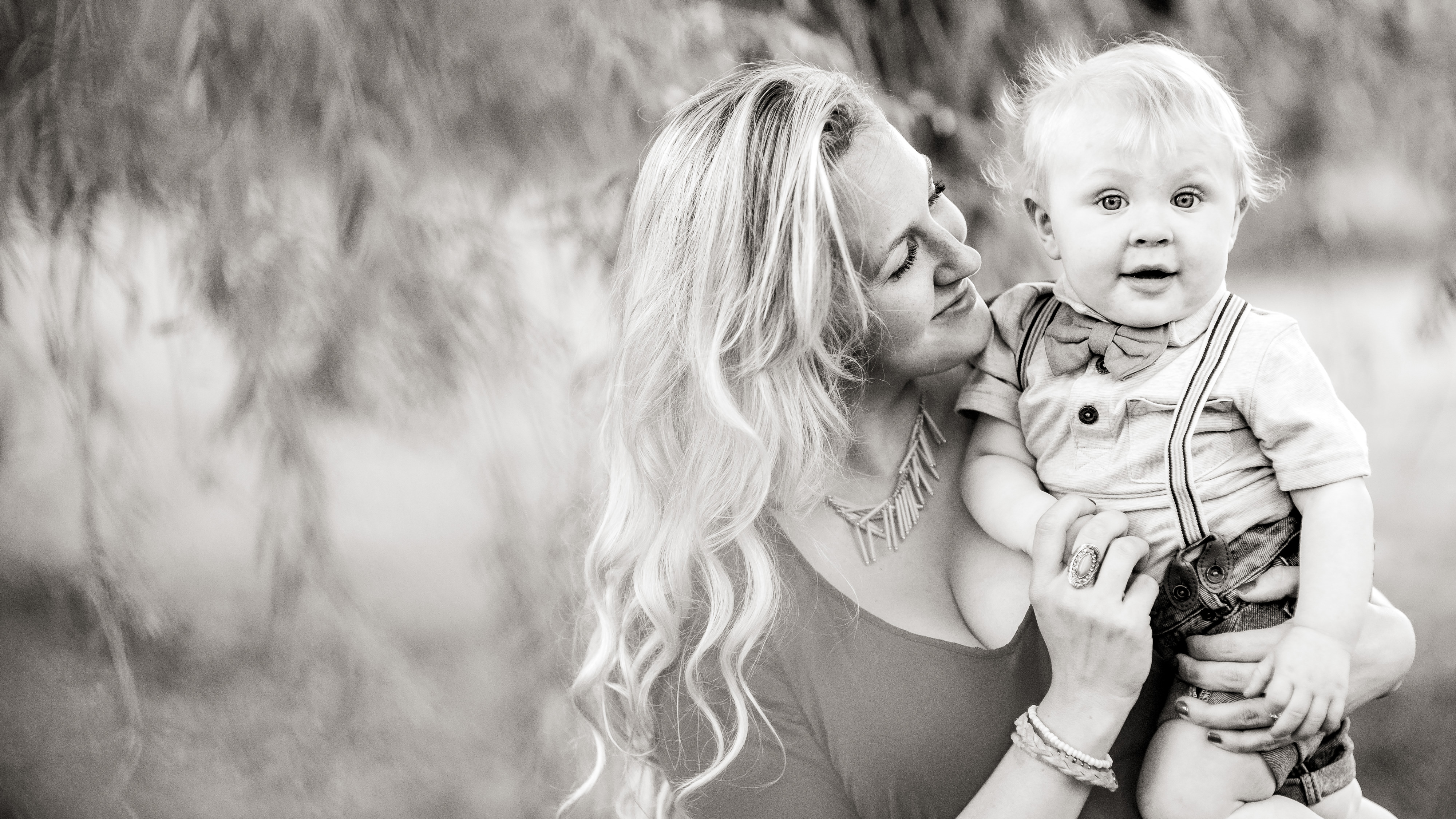 sweet moments at family photoshoot
